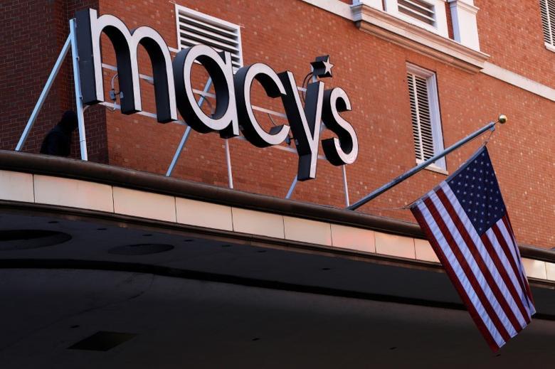 资料图片:2017年2月,美国波士顿,当地一家梅西百货店面的公司标识。REUTERS/Brian Snyder