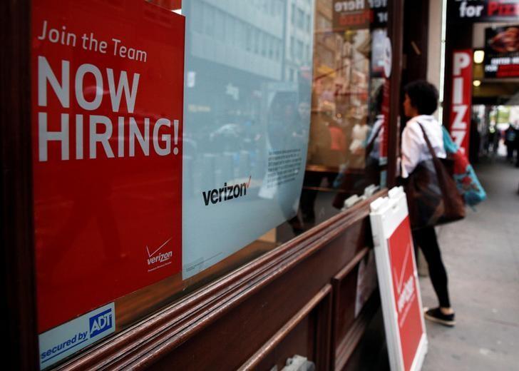 资料图片:2016年5月,纽约曼哈顿, Verizon公司一家门店外张贴的招聘广告。REUTERS/Brendan McDermid