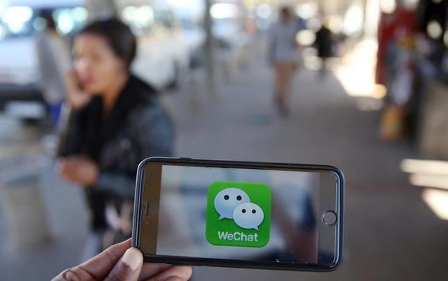5月6日、ロシアの通信当局ロスコムナゾールは中国の騰訊控股(テンセント・ホールディングス)が開発した無料メッセージアプリ「微信(ウィーチャット)」へのアクセスを4日に遮断したと明らかにした。写真は2016年7月撮影(2017年 ロイター/Siphiwe Sibeko)