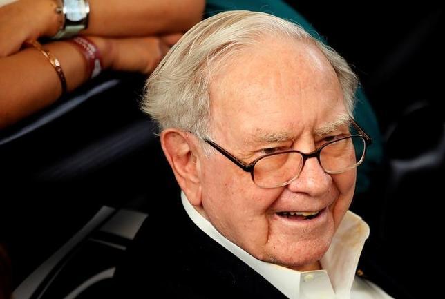 5月6日、米著名投資家ウォーレン・バフェット氏(86)は自ら率いる投資会社バークシャー・ハザウェイの株主総会で、売却を明らかにしたIBMについて、6年前に投資を始めた際は「うまくいく」と考えていたが、これは誤りだったと認めた。写真は7日撮影(2017年 ロイター/Rick Wilking)