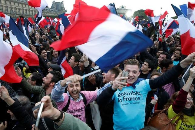 5月7日、フランス大統領選決選投票は、中道系候補のエマニュエル・マクロン氏が勝利を手にした。だが万事がうまくいったとしても、同氏は限定的な改革をやり遂げるのが関の山だろう。写真はパリで撮影(2017年 ロイター/Benoit Tessier)