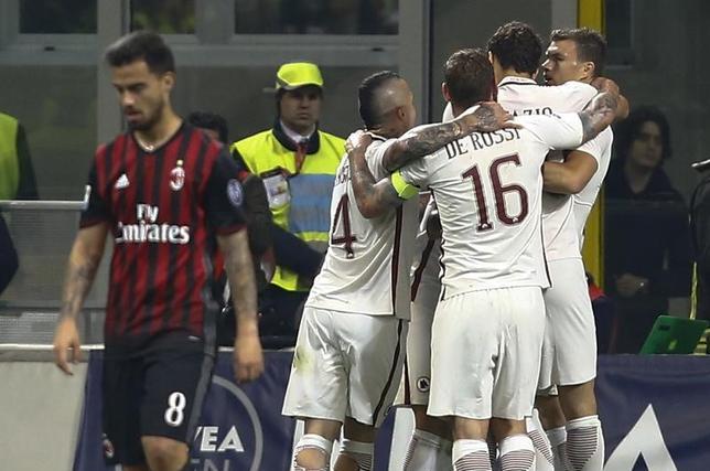 5月7日、サッカーのイタリア・セリエAは各地で試合を行い、本田圭佑が所属のACミランはホームで2位ローマに1─4で敗れた。本田はベンチ入りしたものの、出場機会はなかった(2017年 ロイター/Stefano Rellandini)