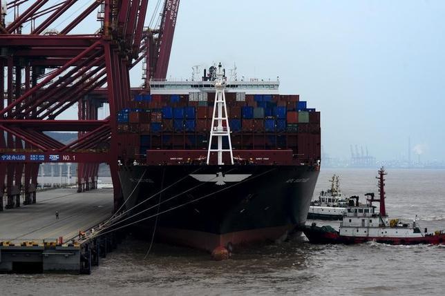 5月8日、中国税関総署が発表した4月の対米貿易黒字は、213億4000万ドルと、3月の177億4000万ドルから拡大した。写真は浙江省の港に停泊する貨物船。昨年2月撮影(2017年 ロイター/Stringer)