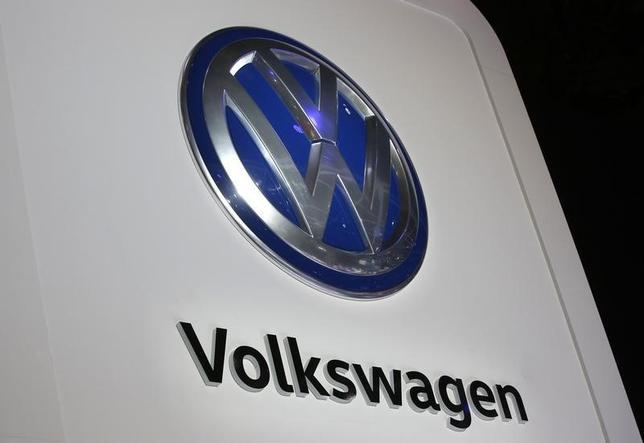 5月3日、独自動車大手フォルクスワーゲン(VW)は、米国で先月半ばからディーゼル車の販売を再開したと発表した。写真は同社のロゴ。デトロイトで1月撮影(2017年 ロイター/Mark Blinch)
