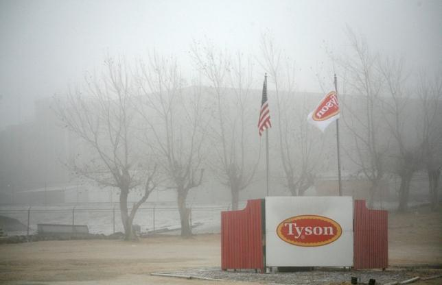 FILE PHOTO: Fog shrouds the Tyson slaughterhouse in Burbank, Washington December 26, 2013.    REUTERS/Ross Courtney/File Photo