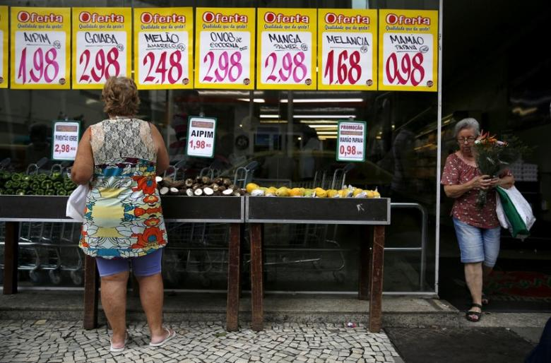 FILE PHOTO: A woman looks on prices at a food market in Rio de Janeiro, Brazil, January 21, 2016. REUTERS/Pilar Olivares/File Photo