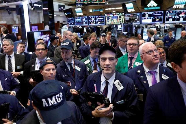 5月8日、米国株式市場では、S&P総合500種が一時取引時間中の最高値を更新したが、その後売り注文に押され、おおむね横ばいで取引を終えた。ニューヨーク証券取引所で4日撮影(2017年 ロイター/Brendan McDermid)
