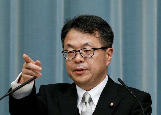 5月9日、世耕弘成経済産業相は、閣議後の会見で東芝の子会社東芝メモリの売却先について、「技術流出の懸念があれば、躊躇(ちゅうちょ)なく外為法を発動したい」と述べた。写真は安倍首相官邸で、昨年8月撮影(2017年 ロイター/Kim Kyung-Hoon)