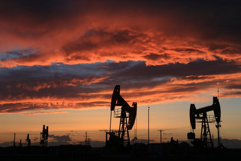 Site of an oil field is seen at sunset in Karamay, Xinjiang Uighur Autonomous Region, China, May 7, 2017. Picture taken May 7, 2017. REUTERS/Stringer