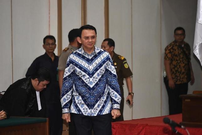 5月9日、インドネシアの裁判所は、ジャカルタ特別州知事でキリスト教徒のバスキ・チャハヤ・プルナマ氏にイスラム教を侮辱した罪で有罪判決を下し、禁錮2年の刑を言い渡した。判決の言い渡しで、裁判所に出頭したプルナマ氏(2017年 ロイター/Bay Ismoyo)