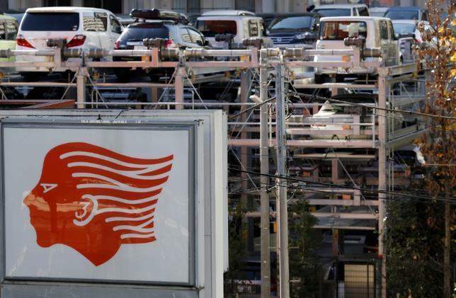 5月9日、合併を目指している出光興産と昭和シェル石油は、合併に先行して業務提携を進めることで合意したと発表した。写真は出光の看板。都内立体駐車場で2015年11月撮影(2017年 ロイター/Toru Hanai)
