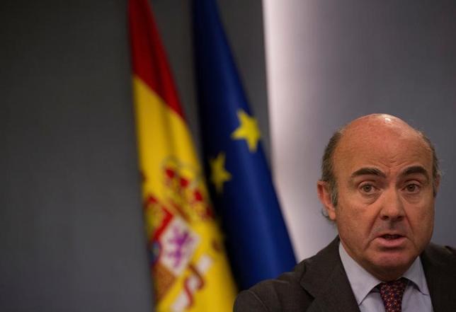 5月9日、スペインのデギンドス経済・産業・競争力相は、2017年の成長率見通しは前年の3.2%に非常に近い水準になるとの見方を示した。ラジオのインタビューに答えた。政府の見通しは現在2.7%となっている。写真は閣議後会見で質問に答える同経済相。マドリードで3月撮影(2017年 ロイター/Sergio Perez)