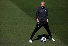 El Real Madrid atacará al Atlético de Madrid en el partido de vuelta de semifinales de la Liga de Campeones y no esperará atrás a defender su ventaja de 3-0 en busca de una plaza en la final, dijo el martes el técnico blanco Zinedine Zidane. En la imagen, Zidane en la ciudad deportiva de Valdebebas, Madrid, 9/05/17. REUTERS/Sergio Pérez