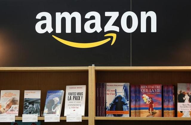 5月9日、米アマゾン・ドット・コムは商品を無料で配送するサービスの対象となる注文の最低購入額を従来の35ドルから25ドルに引き下げたと発表した。3月撮影(2017年 ロイター/Charles Platiau)