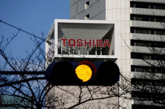 5月9日、東芝は米ウエスタンデジタルに対し、半導体事業売却計画の妨害を止めるよう警告した。両社は早期に何らかの合意点を見いださなければならない。写真は東京で1月撮影(2017年 ロイター/Toru Hanai)