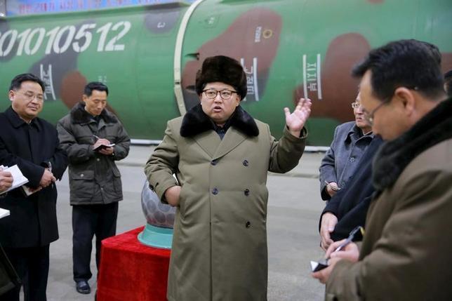 5月9日、複数のドイツ政府当局者は、昨年11月の国連決議や欧州連合(EU)の規則に従い、北朝鮮の核開発を巡って同国への経済制裁を強化すると明らかにした。写真は核兵器の研究者と会見する北朝鮮の金正恩(キム・ジョンウン)朝鮮労働党委員長。提供写真(2017年 ロイター/KCNA)
