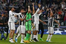 La Juventus de Italia se convirtió el martes en el primer equipo finalista de la Liga de Campeones del fútbol europeo, tras derrotar como local por 2-1 al Mónaco con una anotación del brasileño Dani Alves. En la imagen, los jugadores de la Juve celebran su pase a la final, el 9 de mayo de 2017 en Turín. Reuters/Stefano Rellandini