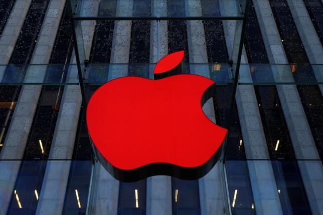 5月10日、米アップルは、フィンランドの睡眠自動記録アプリ、ハードウエア製造会社Beddit(ベディット)を買収した。写真はアップルのロゴ、ニューヨークで昨年12月撮影(2017年 ロイター/Brendan McDermid)