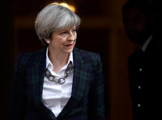 5月10日、6月8日の英総選挙に関する調査会社パネルベースの世論調査によると、メイ首相(写真)率いる与党保守党が野党労働党に対し、支持率で17%ポイントのリードを保っている。ロンドンで撮影(2017年 ロイター/Hannah Mckay)