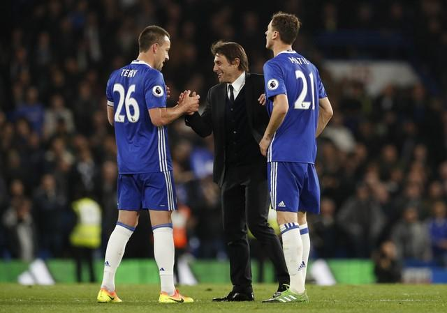 Britain Football Soccer - Chelsea v Middlesbrough - Premier League - Stamford Bridge - 8/5/17 Chelsea manager Antonio Conte celebrates after the match with John Terry and Nemanja Matic  Action Images via Reuters / John Sibley Livepic
