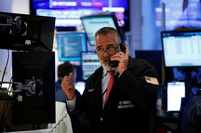 5月10日、米国株式市場は、ナスダック総合が再び最高値を更新した一方、ダウ工業株30種は小幅続落。ニューヨーク証券取引所で撮影(2017年 ロイター/Brendan McDermid)
