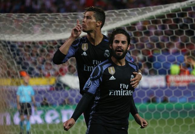 5月10日、サッカーの欧州チャンピオンズリーグ準決勝、レアル・マドリードはアトレチコ・マドリードに1─2と敗戦も、2戦合計4─2で2年連続となる決勝進出を果たした。イスコ(右)が貴重なアウェイゴール(2017年 ロイター)