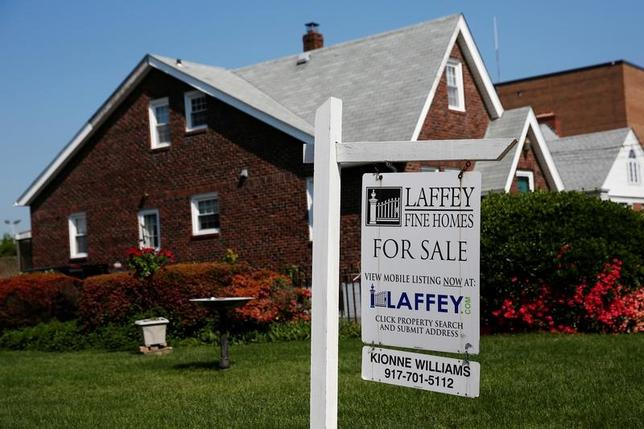 5月10日、米抵当銀行協会が発表したデータによると、5月5日終了週の住宅ローン申請指数は、約1年半ぶり高水準となった。写真は売り出し州の住宅。米ニューヨーク州郊外で昨年5月撮影(2017年 ロイター/Shannon Stapleton)