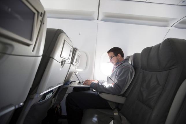 5月10日、欧米の政府当局者らによると、トランプ米政権は中東・北アフリカ地域発の航空便を対象にパソコンなど電子機器の機内持ち込みを禁止する措置について、複数の欧州諸国にも適用を拡大する公算が大きい。写真は米ニューヨークで2013年撮影(2017年 ロイター/Lucas Jackson)