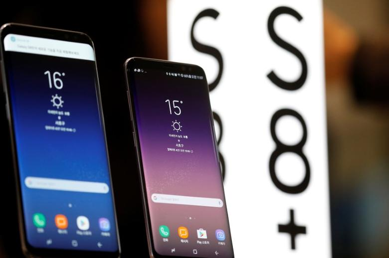 Samsung Electronic's Galaxy S8 and S8+ are displayed at its store in Seoul, South Korea, April 27, 2017.  REUTERS/Kim Hong-Ji