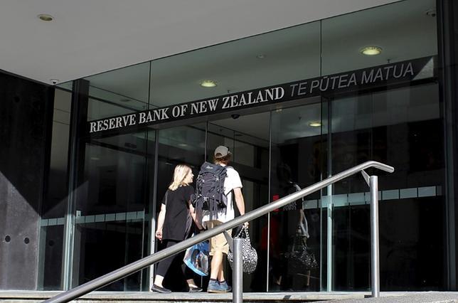 5月11日、ニュージーランド準備銀行(RBNZ、中央銀行)のウィーラー総裁は、利上げを検討する以前にインフレが上向いている証拠を確認する必要があるとの見解を示した。写真はRBNZ入り口。昨年3月ウェリントンで撮影(2017年 ロイター/Rebecca Howard)