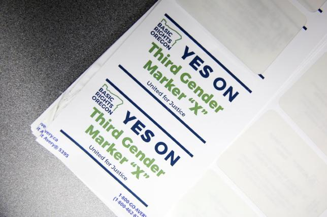 5月10日、米オレゴン州は、運転免許証と州の身分証明書で男性でも女性でもない「第3の性別」を選択できるよう作業を進めている。実現すれば、全米初のケースとなる。写真はポートランドでの一般公聴会でのステッカー(2017年 ロイター/Terray Sylvester)
