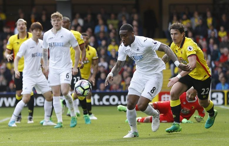 Britain Soccer Football - Watford v Swansea City - Premier League - Vicarage Road - 15/4/17 Swansea City's Leroy Fer in action with Watford's Daryl Janmaat  Reuters / Peter Nicholls Livepic