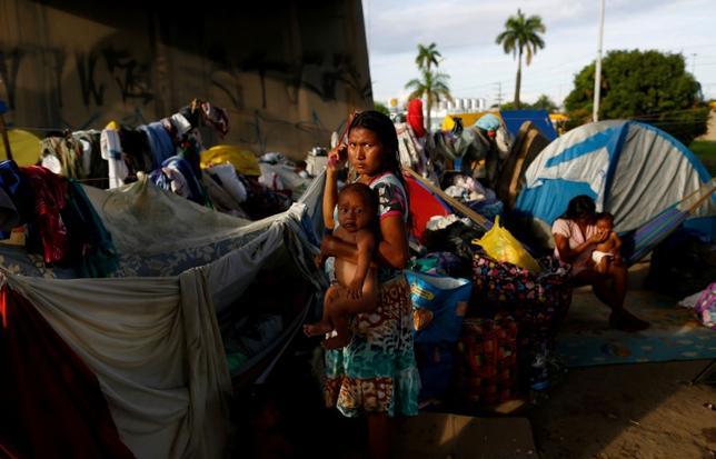 5月10日、ベネズエラのカリブ海沿岸に住む先住民ワラオ族が、食糧不足などによる困窮から、ブラジルのアマゾン地方都市マナウスに数百人規模で流入している。ワラオ族はオリノコ川河口のデルタ地帯で漁業を営んでいるが、ベネズエラの経済・政治混迷で物資不足が深刻化し、漁業では生活できなくなっているという。写真はマナウスで撮影(2017年 ロイター/Bruno Kelly)