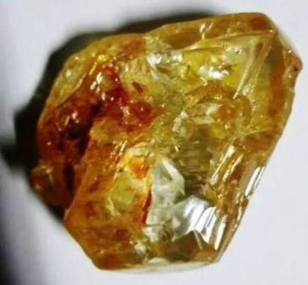 5月11日、シエラレオネのコノ鉱山で3月にキリスト教の牧師が採掘し、政府に販売を依頼していた709カラットのダイヤモンド原石が競売にかけられたが、最高提示価格が政府の希望を下回ったとして政府が落札を辞退し、不成立となった。3月公表の提供写真(2017年 ロイター/Sierra Leone State House)