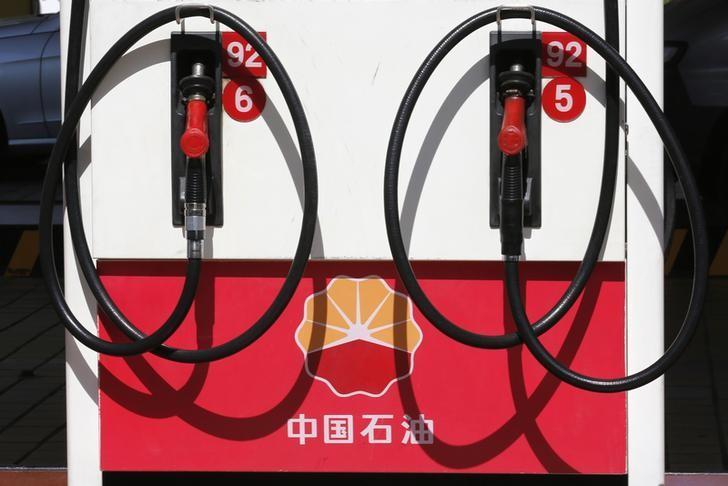资料图片:2013年8月,中国北京,中国石油加油站。REUTERS/Kim Kyung-Hoon