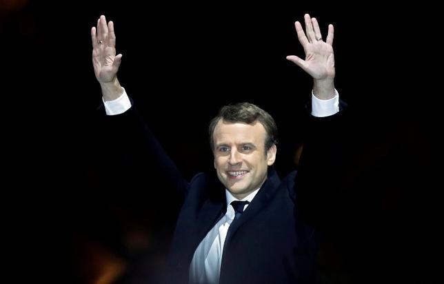 5月12日、フランス大統領選で当選した中道派のマクロン次期大統領の側近は、マクロン氏が主要な保守勢力である共和党との協議に「オープン」な姿勢でいると明らかにした。写真は選挙戦の勝利を喜ぶ同次期大統領。パリで7日撮影(2017年 ロイター/Christian Hartmann)