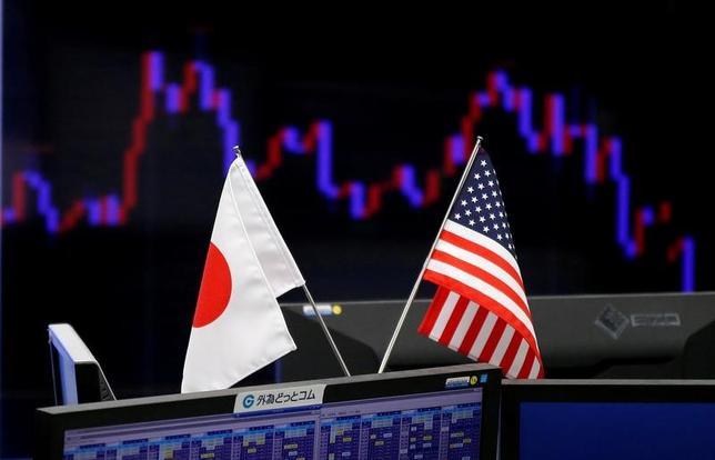 5月12日、来週の外為市場でドル/円は、底堅い動きが見込まれる。背景にあるのは、米国の着実な利上げへの思惑。来週はトレンドを形成するような重要指標の発表予定がないため、今週末発表の米指標で、地合いの持続力を見極める展開になりそうだ。写真は都内で1月撮影(2017年 ロイター/Toru Hanai)