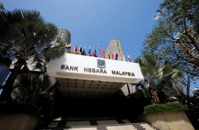 5月12日、マレーシア中央銀行は、政策金利を予想通り3.00%に据え置いた。ロイター調査では、エコノミスト10人全員が据え置きを予想していた。写真はクアラルンプールで2013年1月撮影(2017年 ロイター/Bazuki Muhammad)