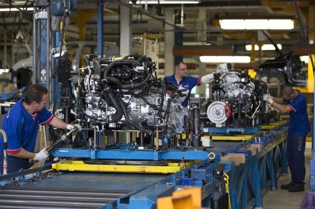 5月12日、フランス国立統計経済研究所(INSEE)が発表した統計によると、第1・四半期に非農業部門民間就業者数が4万9400人(0.3%)増加した。7四半期連続でのプラス。写真は車の製造ラインで働く作業員。2015年9月ディエップで撮影(2017年 ロイター/Philippe Wojazer)