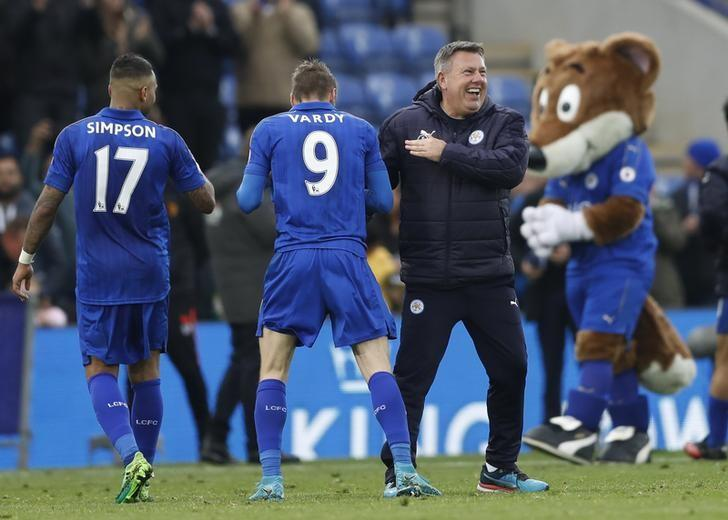 Britain Soccer Football - Leicester City v Watford - Premier League - King Power Stadium - 6/5/17 Leicester City manager Craig Shakespeare celebrates after the match with Jamie Vardy and Danny Simpson Action Images via Reuters / Carl Recine/ Livepic/ Files