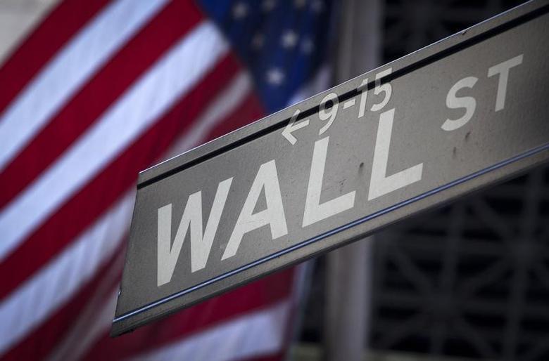 资料图片:2013年10月,纽约证交所外的华尔街指示牌。REUTERS/Carlo Allegri