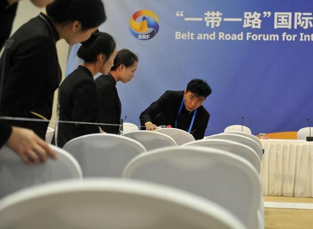 5月12日、米トランプ政権は14─15日に北京で開催するシルクロード経済圏構想「一帯一路」の国際会議に米国家安全保障会議(NSC)のポッティンジャー・アジア上級部長を派遣する。写真は会場準備の様子。10日撮影。提供写真(2017年 ロイター)