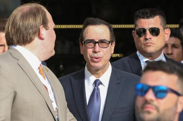 5月12日、イタリアのバリで開幕した主要7カ国(G7)財務相・中央銀行総裁会議では、米国が世界的な経済成長を損なうことがないよう望む声が相次いだ。写真は、G7会議出席のため、伊バリに到着したムニューシン米財務長官(写真中央)。11日撮影(2017年 ロイター/Alessandro Bianchi)