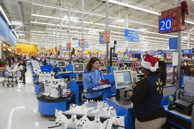 资料图片:2015年11月,美国新泽西Secaucus,一名顾客在当地一家沃尔玛超市购物后结账。REUTERS/Lucas Jackson