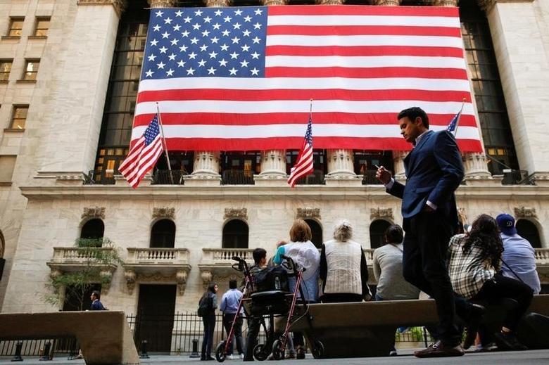 资料图片:2016年9月,纽约证交所外休息的人们。REUTERS/Brendan McDermid