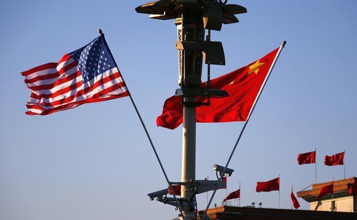 资料图片:2014年11月,中国北京,时任总统奥巴马访问时天安门广场的中美国旗。REUTERS/Petar Kujundzic
