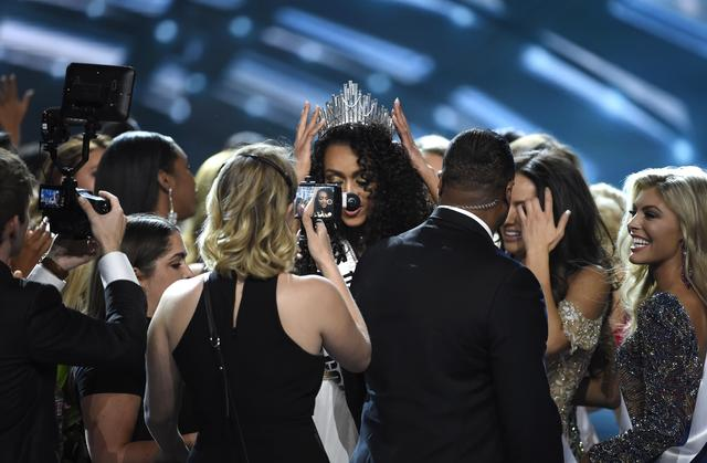 2017 Miss USA  – Las Vegas, Nevada, U.S., 14/05/2017 - Miss District of Columbia Kara McCullough (C) is crowned 2017 Miss USA. REUTERS/David Becker