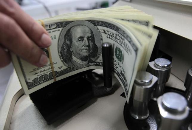 5月15日、正午のドル/円は、先週末ニューヨーク市場午後5時時点とほぼ同水準の113.37/39円だった。写真はバンコクで2010年10月撮影(2017年 ロイター/Sukree Sukplang)