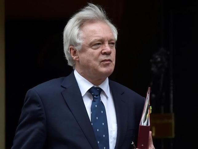 5月14日、英国のデービス欧州連合(EU)離脱担当相(写真)は、ITVに対し、離脱交渉の進め方や欧州司法裁判所の今後に関する協議について、EUとの間で対立が生じるとの見方を示した。写真はロンドンで3月撮影(2017年 ロイター/Hannah McKay)