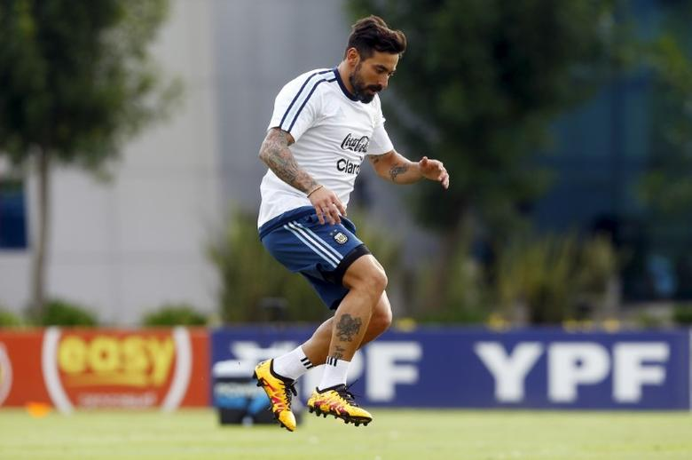 FILE PHOTO: Football Soccer - Chile v Argentina - World Cup Russia 2018 Qualifier, Buenos Aires, Argentina, 21/3/16. Argentina's national team player Ezequiel Lavezzi takes part in a training session ahead of their match against Chile. REUTERS/Enrique Marcarian